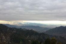 下山的缆车从云层穿过后看薰云下夕阳映衬的景色