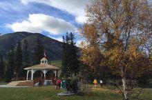 班夫国家公园是加拿大第一个国家公园,避暑胜地。位于阿尔伯塔省西南部,与不列颠哥伦比亚省交界的落基山东