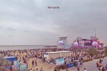 没错你看到的是蔡依林!在金山城市沙滩举行的简单生活音乐节,真的是参加过的最浪漫的音乐节了。坐在沙滩上