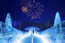 梦幻唯美的冰之教堂,由晶莹剔透的冰块砌成。除了一砖一瓦,就连教堂的桌椅、十字架都是由冰块所砌成。冰之