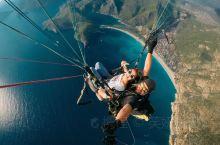 滑翔伞是费特希耶的特色必体验项目之一,从厄吕代尼兹附近的山顶出发,乘着U型伞借助风力滑翔,遨游在海面