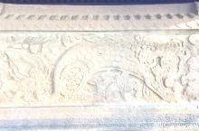 铁影壁,位于北海公园北岸,系元代遗物,原是建德门(德胜门)内一古庙前的照壁,棕褐色,由中性火山块砾岩