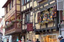 科尔马小镇不仅是法国干白葡萄酒产地,更被誉为是法国的小威尼斯。这里保留着十六世纪的木筋屋—由木材搭建