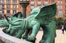 丹麦哥本哈根市政厅广场,不像国内政府广场都是独立空间,而是与商业区,游乐园,休闲场所合为一体的。周边