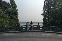 国庆期间去的杭州,我住的酒店在离西湖还有1公里左右。天天在酒店附近吃个葱油面再来碗咸豆浆,发个呆。再