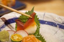 饭酱吃成都 第九十三餐【妙初日式料理】  今天带着小动物奔波了一天,看来只有美味的日式料理才能犒劳她