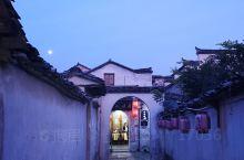 十一月份的宏村,徽派建筑与红灯笼结合。