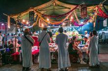 马拉喀什之夜:不眠广场,昔日刑场之狂欢。  华灯初上,历史的沉默无法掩盖古城的非凡热闹,即便是曾为亡