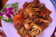 在普吉岛的巴坎提扬海滩边就能找到这家非常著名的泰国餐厅。整个餐厅的色调有着极强的泰国色彩,它是以暗红