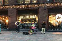 偶遇的街头表演 在赫尔辛基的stockman百货门口,处处都是圣诞节的热闹气氛。 遇到了这支乐队,很