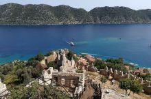 爬上山坡,在上面俯视下面的海湾,蓝蓝的大海宁静而清澈。小小的港口坐落在狭长的海湾里,被保护着,避免受
