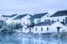 都说上有天堂,下有苏杭,中间有个周庄。 周庄因水成街,因水成路,水滋润着周庄,水丰富着周庄,水是周庄