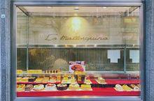 朴实的百年老店 来到马德里的第一个早晨就迫不及待来这里打卡。从橱窗到柜台都让喜欢甜食的我眼睛发光 朴
