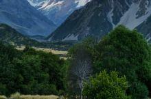 乘直升机俯瞰库克山全景,降落在塔斯漫冰川上,漫步冰川雪地,领略新西兰最高峰和最大冰河的壮美景色,好兴