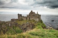 在爱尔兰遍布着各种有故事的城堡,有些是在童话里出现的,但北爱尔兰的邓路斯(Dunluce Castl