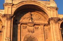 格拉纳达大教堂,是一座气势恢弘的大教堂,中央礼拜堂的圆顶高45米,历经180年才建成。这是一座传奇的