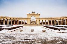 新疆沙漠绿洲出现一座欧式庄园,好似童话城堡! 冬天,来到石河子旅游,踏雪前行,在雪地上发现一座庄园,