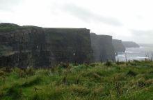 爱尔兰莫赫悬崖,景色波澜壮阔,悬崖如刀切般一层层一叠叠,鬼斧神工般的神奇。