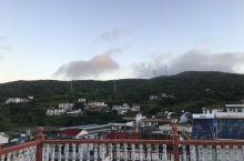 午饭后在鱼龙湾小庄四楼的露台西眺,远处是大悲山,灵音寺亦清晰可见。中午的太阳太热情,晒得我赶紧回了房