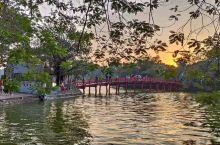 环剑湖是河内老城区一个内湖,面积不大,黄昏和白天有着不一样的视觉,至于美不美,不同的人有不同的感觉,