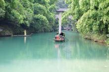 三峡人家,依山傍水,风情如画:传统的三峡吊脚楼点缀于山水之间,久违的古帆船、乌篷船安静地泊在三峡人家