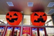 北海道~这是万圣节来临之前的狸小路商店街,你看到了什么(゚o゚;是的除了各式的南瓜灯,我还看到了可怕