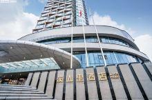 【酒店攻略】 亮点特色:「贵阳溪山里酒店」是一家十分有特色的度假酒店,为什么这么说?是因为「溪山里酒