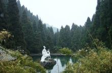西行过一拱桥和竹亭,可见一平桥,桥下有瀑落三叠,此即著名的绛珠瀑布。上行则见某种的绛珠池,据传说这里