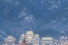 香格里拉的标志山和小布达拉宫的景色在冬日雪化之后的美呈现在我们眼前,似星空之美,又像画一样挂在那里,