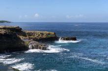 蓝梦岛的海滩,海天一色!一流的海水和原始的自然景观相互交融,除了恶魔的眼泪震憾以外,不远处的海滩适合