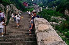 泰山是中国的旅游胜地。有很多的自然景色。非常值得我们去看一看。自古以来就有很多关于泰山的描绘。很多名