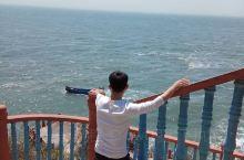 《游黄渤海分界线》  举目埑尖望远山,水天广袤一线涧。  袅袅青烟着风意,浪咽海石鸥鸟翔。