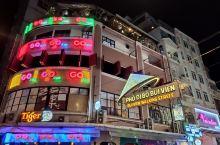 胡志明市的范五老街是真的热闹,晚上酒吧街热闹的程度超出想象,每家酒吧的霓虹灯设计都花了不少心思,在老