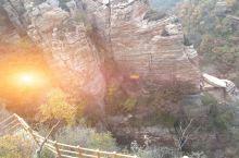黄河丹峡,位于渑池北;北临黄河、南依黛眉山,为12亿年前的海底世界,是海洋变迁、地壳运动的有力见证。