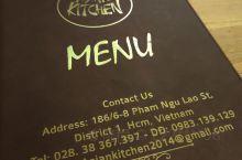 Asian Kitchen位置在胡志明市中心区域,范五老街附近的一条小巷子入口不远处,不是在马路面上