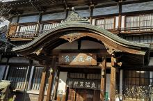 竹瓦温泉  别府是一个温泉乡,到处冒烟  竹瓦温泉是别府温泉的代表  他家的房子从外形看很古风,层高