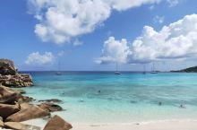 在塞舌尔最喜欢的海滩Petite Anse,承包了整片沙滩,一头扎进翻滚的水晶浪,踩在软软的沙滩上,