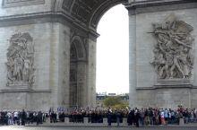 凯旋门前巴黎革命纪念日仪式有点儿长,老兵们一路游行非常辛苦啊。我等在后面看有没有人开小差的能拍个正脸