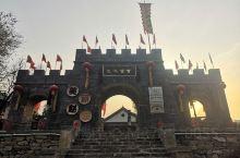 鹤壁深闺中的世外桃源—赵庄村,位河南省鹤壁市对淇县。典型的石屋古村落,有多种水上娱乐项目和空中吊桥和