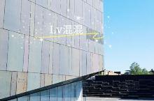 带你穿越建筑里的小确幸,中间美术馆! 线面体的结合,光影时的穿越, 步移景移画移,美美与共交融。 中