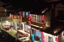 往日热闹的朱家角古镇,因为疫情,变得冷清了许多。但是也给来游玩的游客们一个宽松游玩环境。住在景区里面