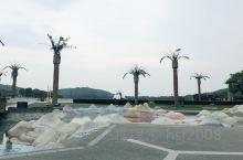雕塑只是点缀而已,虽然数量还算多,但是更多的是大树,绿草,水波,沙滩,儿童游乐设施—不能免俗,国内主