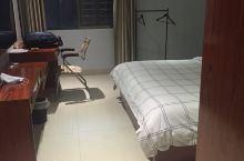 酒店干净卫生,空间宽敞,前台005号美女人美声音甜,服务态度好,主要酒店不错,值得推荐给各位出差的朋
