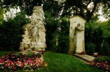 傍晚时分,夕阳西照,落日余晖静静落在音乐家墓园里,残阳如血,赤红的颜色映照在伟人的基碑上,从里面传出