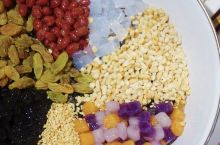 香天下这次新出的八宝冰沙汤圆好成功!一个巨大的碗里整整齐齐地码着芋圆、珍珠、葡萄干、蒟蒻、红豆、芝麻