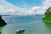南下龙湾,位于北部湾西部,离越南首都河内150公里。1994年,联合国教科文组织将下龙湾作为自然遗产