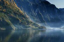 深秋时节,挪威峡湾,山水之间,光色相融,不愧为全球第一峡湾。