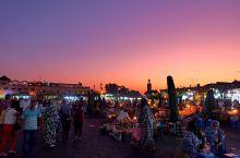 马拉喀什麦地那老城里的德吉玛广场,白天车来人往,到了晚上,就化身成为热闹非凡的不眠广场。 游客和当地