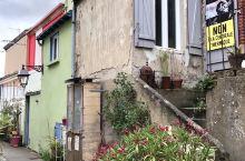 除了荷兰,在法国也可以看到彩色房子