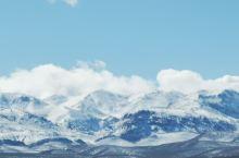从撒哈拉沙漠到菲斯要经过阿特拉斯山大峡谷,居然是茫茫雪原。车经过的地方有许多当地人开着车来滑雪。 四